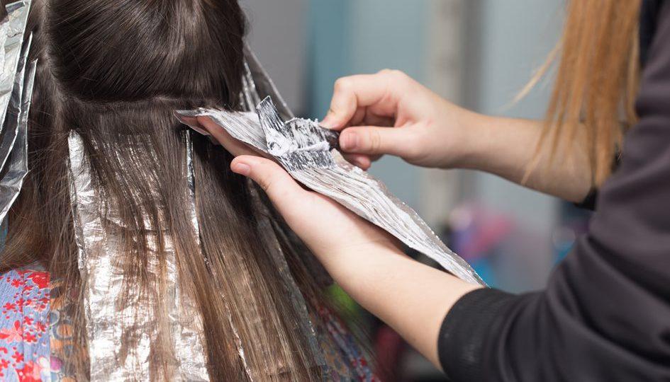 Podstawowe błędy, których należy unikać farbując włosy